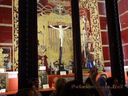 Туристы разглядывающие экспонаты музея собора Толедо
