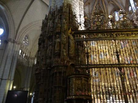 Ряд статуй святых в Кафедральном соборе Толедо