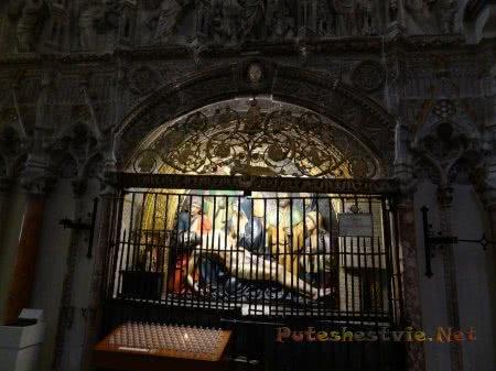 Электрические свечи в Кафедральном соборе Толедо