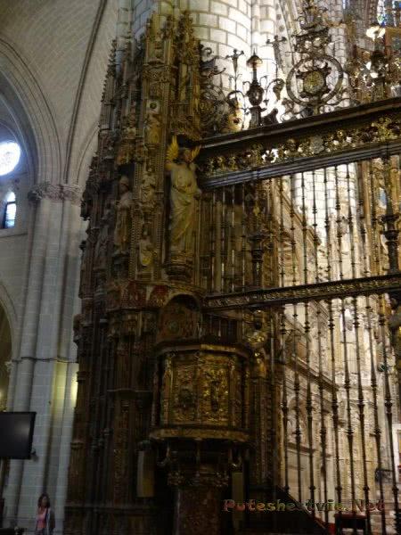 Кованная решетка и статуи в соборе Толедо