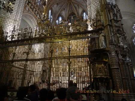 Туристы любуются на красивое оформление собора в Толедо
