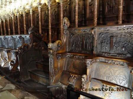 Очень красивые резные скамьи священников в Кафедральном соборе Толедо