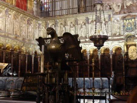 Интересный резной интерьер католического Собора Толедо