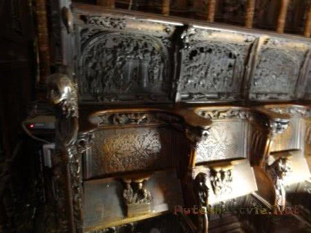 Ряд резных деревянных скамей в католическом Соборе Толедо