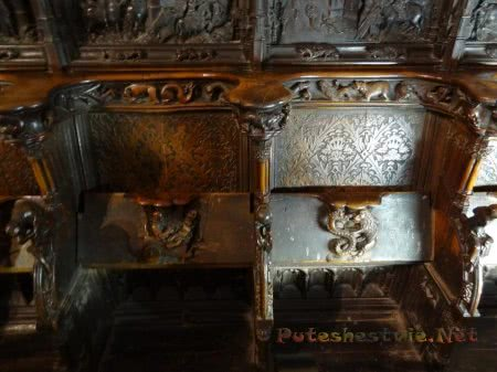 Лев борющийся с драконом на резной скамье собора в Толедо