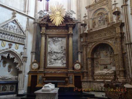 Захоронения служителей церкви внутри собора в Толедо