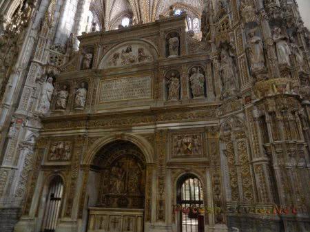 Саркофаги служителей католической церкви в соборе Толедо