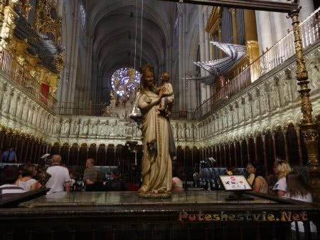 Стауя Марии с Иисусом  в окружении труб органа