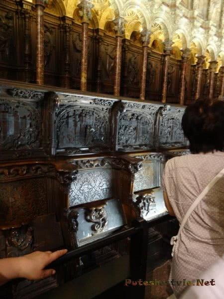 У каждой скамьи в соборе оригинальный резной узор