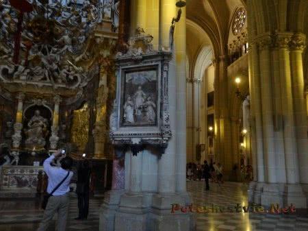 Туристы фотографируют интерьеры собора в Толедо