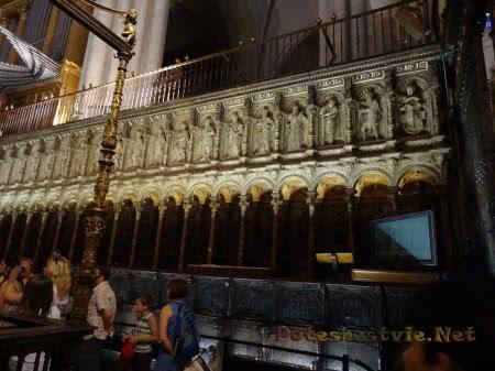 Резные деревянные скамьи и стены Собора Толедо