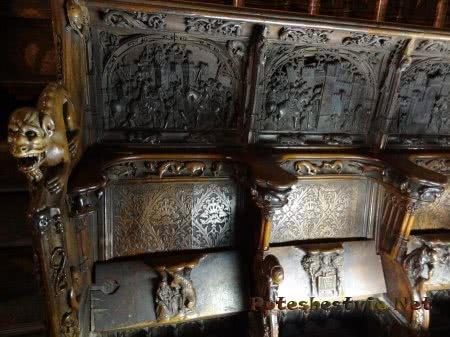 Изящные резные скамьи Собора Святой Марии в Толедо