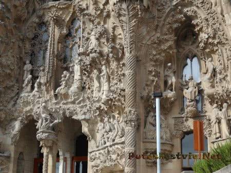 Сцены из Библии на стенах Храма Саграда Фамилия в Барселоне