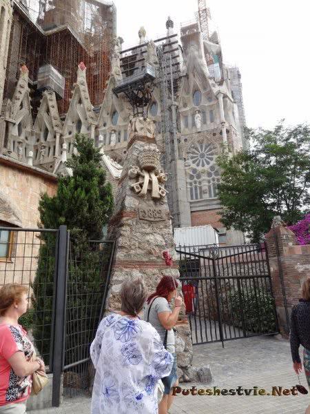 Огороженная территория Храма Саграда Фамилия в Барселоне