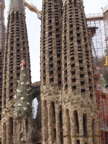 Башни храма Святого Семейства в Барселоне вблизи