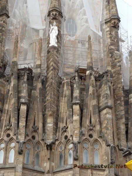Строительные леса на храме Саграда Фамилия в Барселоне
