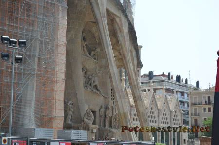 Вид сбоку на храм Саграда Фамилия в Барселоне