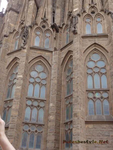 Готические окна части барселонского Храма Святого Семейства