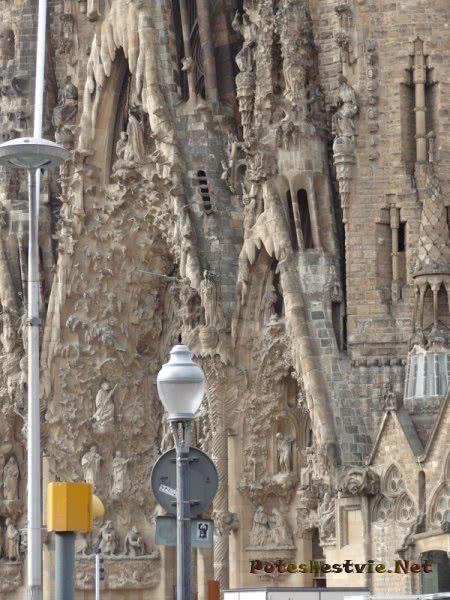Кропотливый труд мастеров в храме Святого Семейства в Барселоне