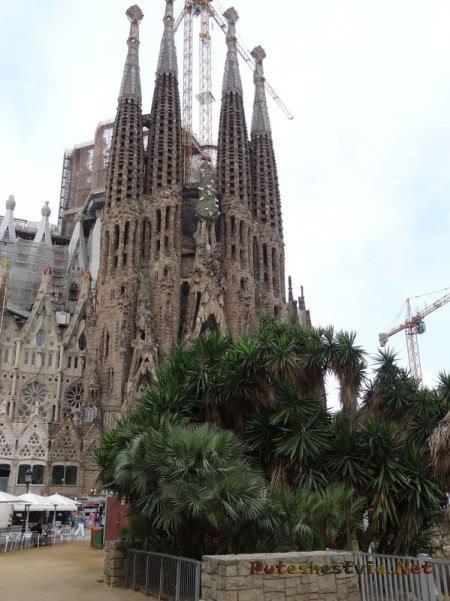 Вид на возведенную часть Храма Святого Семейства в Барселоне