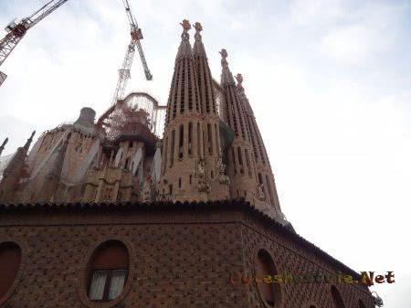Очень высокие башни храма Святого Семейства