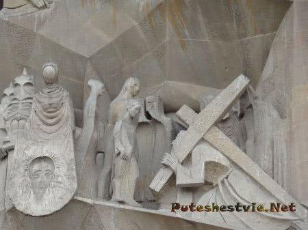 Путь Христа на Голгофу на стене храма Саграда Фамилия
