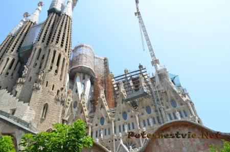 Вид на стройку храма в Барселоне снизу