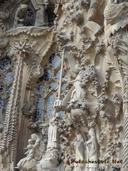 Ажурные окна храма Святого Семейства в Барселоне