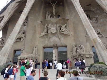 Туристы перед входом в Храм Саграда Фамилия
