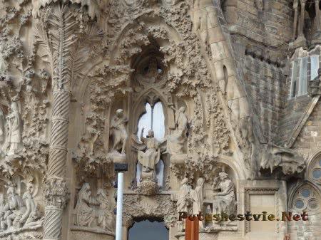 Изящество лепнины на стенах Саграда Фамилия в Барселоне
