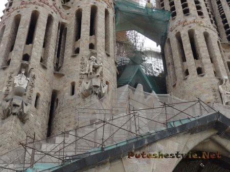 Храм Саграда Фамилия в Барселоне строится