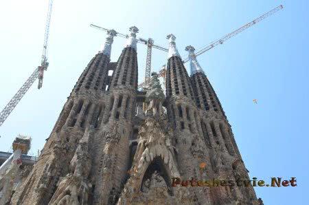 Строительные краны над башнями Саграда Фамилия