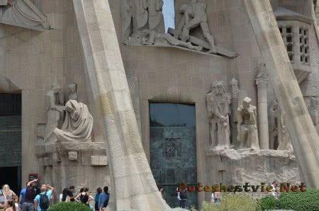 Туристы фотографируют экстерьер храма