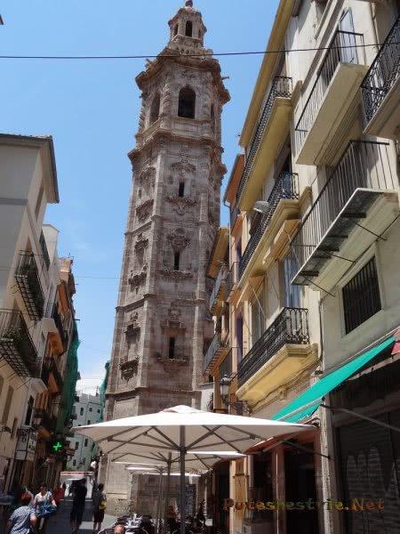 Старинная колокольня на улочке Валенсии