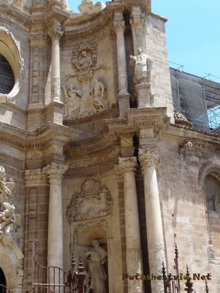 Скульптуры на фасаде собора Святой Марии в Валенсии