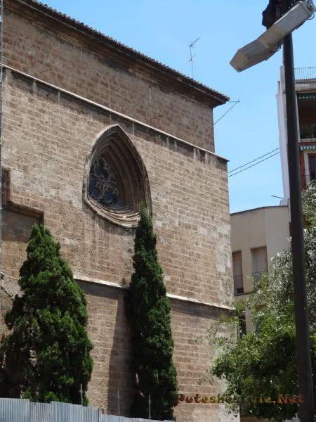 Красивое окно Кафедрального собора