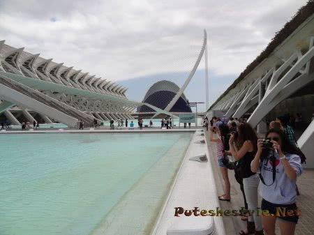 Туристы в Городе Наук и Искусств Валенсии