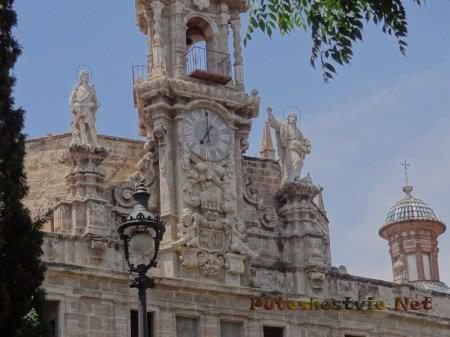 Красивые старинные часы в Валенсии
