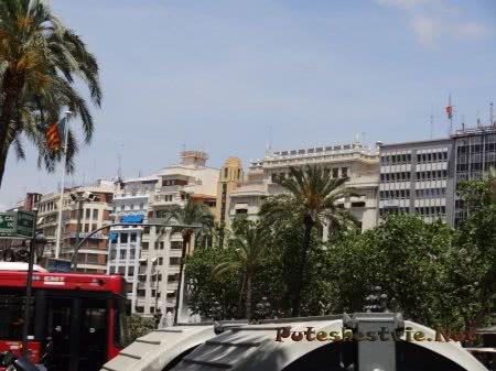 Разнообразие архитектурных форм на площади Валенсии