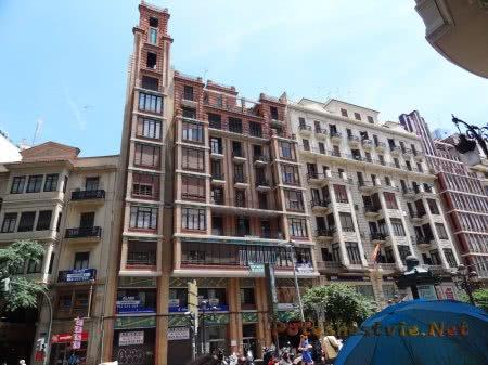 Сплошной ряд зданий на улице Валенсии
