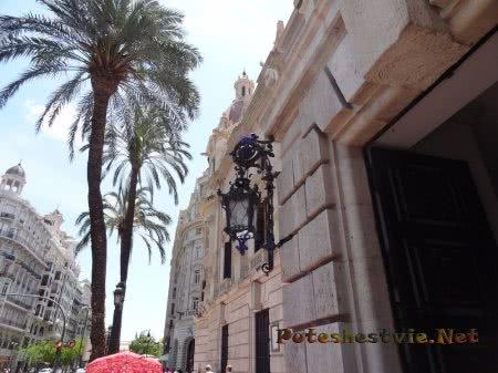 Входные ворота в особняк на Главной площади Валенсии