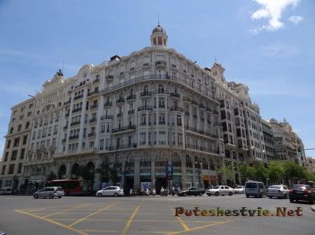 Величественное здание на площади Рутуши в Валенсии