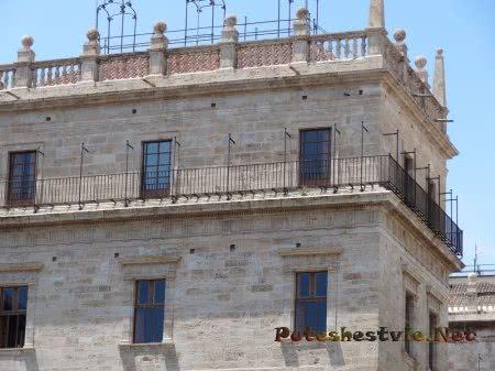 Здание в строгом архитектурном стиле в Валенсии