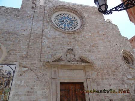 Окно-роза ветров на католическом соборе