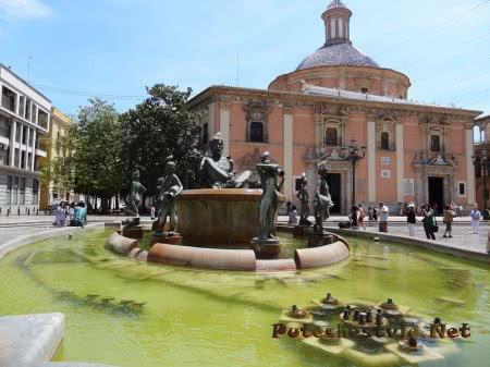 Фонтан рядом с Кафедральным собором Валенсии