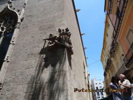 Интересный декор на углу здания