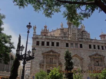 Изящно оформленное здание Валенсии