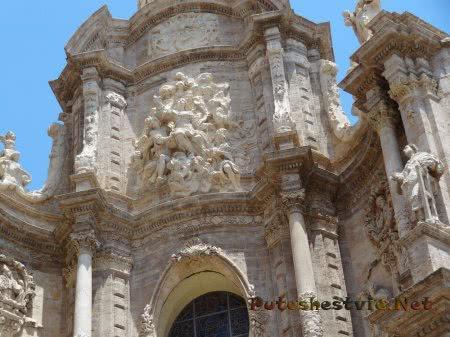 Лепнина на здании валенскийского собора