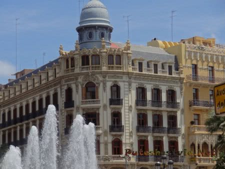 Красивое здание на площади Ратуши Валенсии