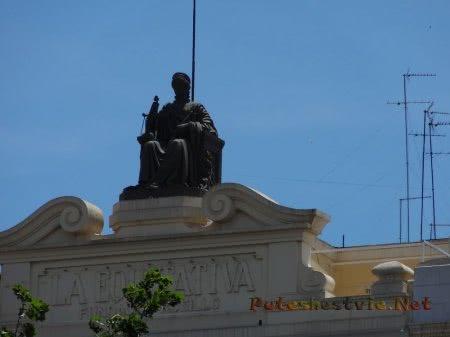 Женская фигура на здании главной площади Валенсии